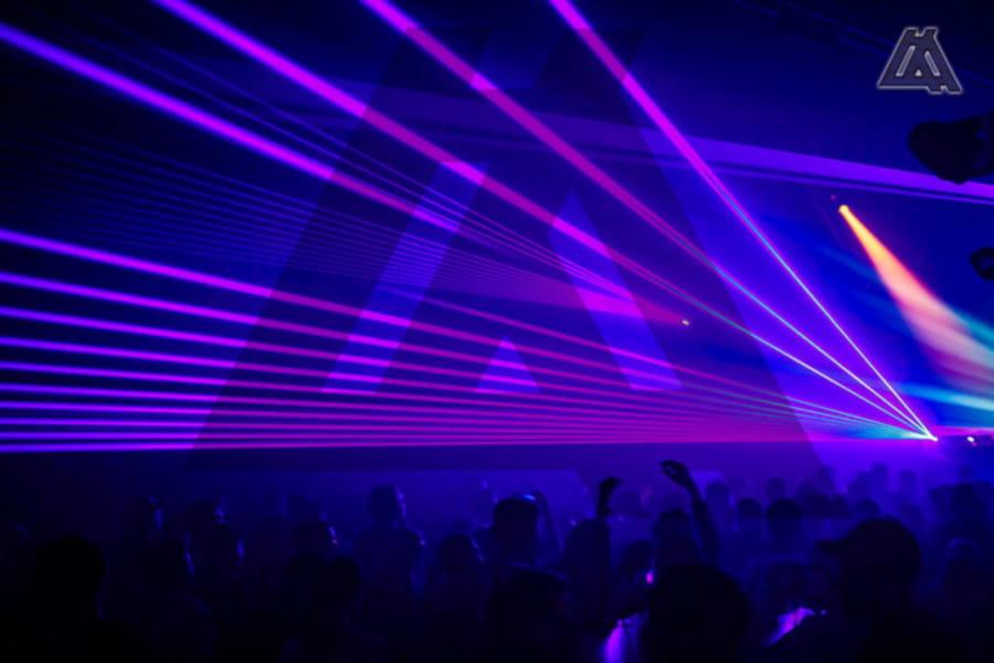 Лучевое лазерное шоу на фестивале